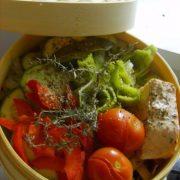 un panier vapeur de légumes et saumon
