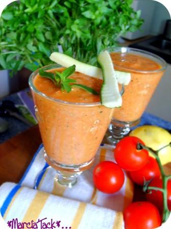 des verres de gaspacho de tomate