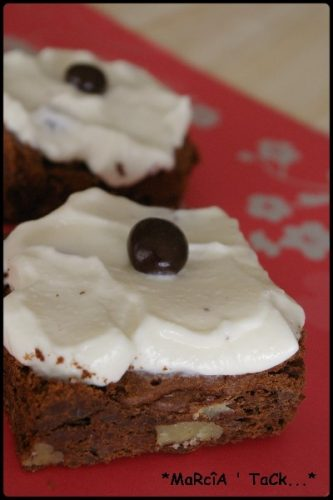 des carrés au chocolat et à la noix et de la crème chantilly