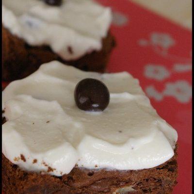 Recette de brownies au chocolat et noix et nappage à la crème au café