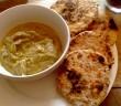 un bol de caviar d'aubergine et du pain