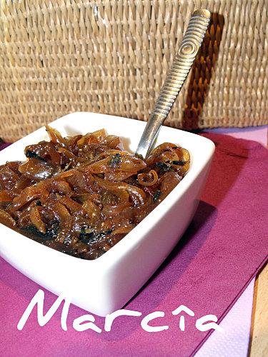 un ramequin rempli de confiture d'oignon selon une recette rapide