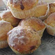 des muffins qui ressemblent à des donughts au sucre et à la cannelle