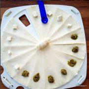 confection de croissants en pâte feuilletée pour l'apéro