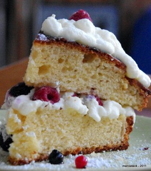 un gâteau au yaourt nappé de chantilly et de fruits rouges