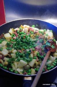 Poêlée gourmande de petits pois aux lardons de poulet et à la coriandre