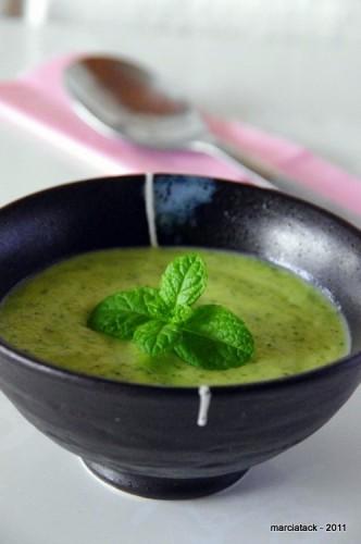un bol de soupe de courgette à la menthe