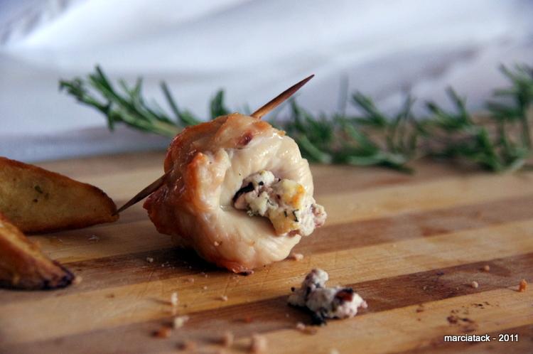 une brochette de poulet farcie au fromage et olives