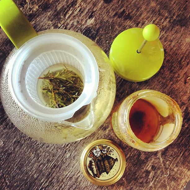 Infusion détox au thym, miel et romarin