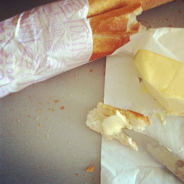 Pain frais et beurre