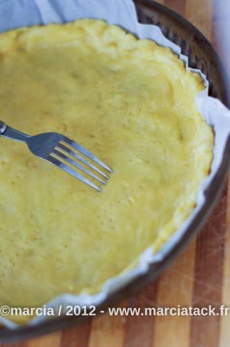 Piquer la pâte à tarte à la fourchette