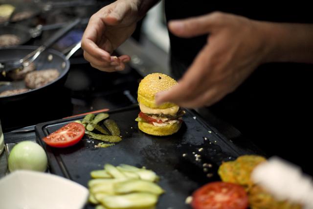 Préparation du burger, Abdel Alaoui