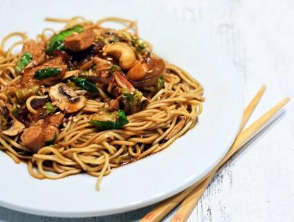 Nouilles chinoises poulet choux de bruxelles et - Comment cuisiner des choux de bruxelles en boite ...