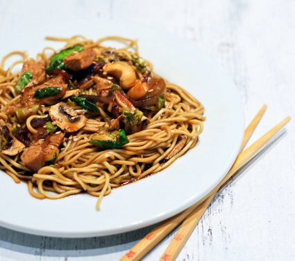 Nouilles Chinoises Poulet Choux De Bruxelles Et Champignons