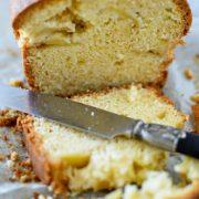 un cake aux pommes tranché