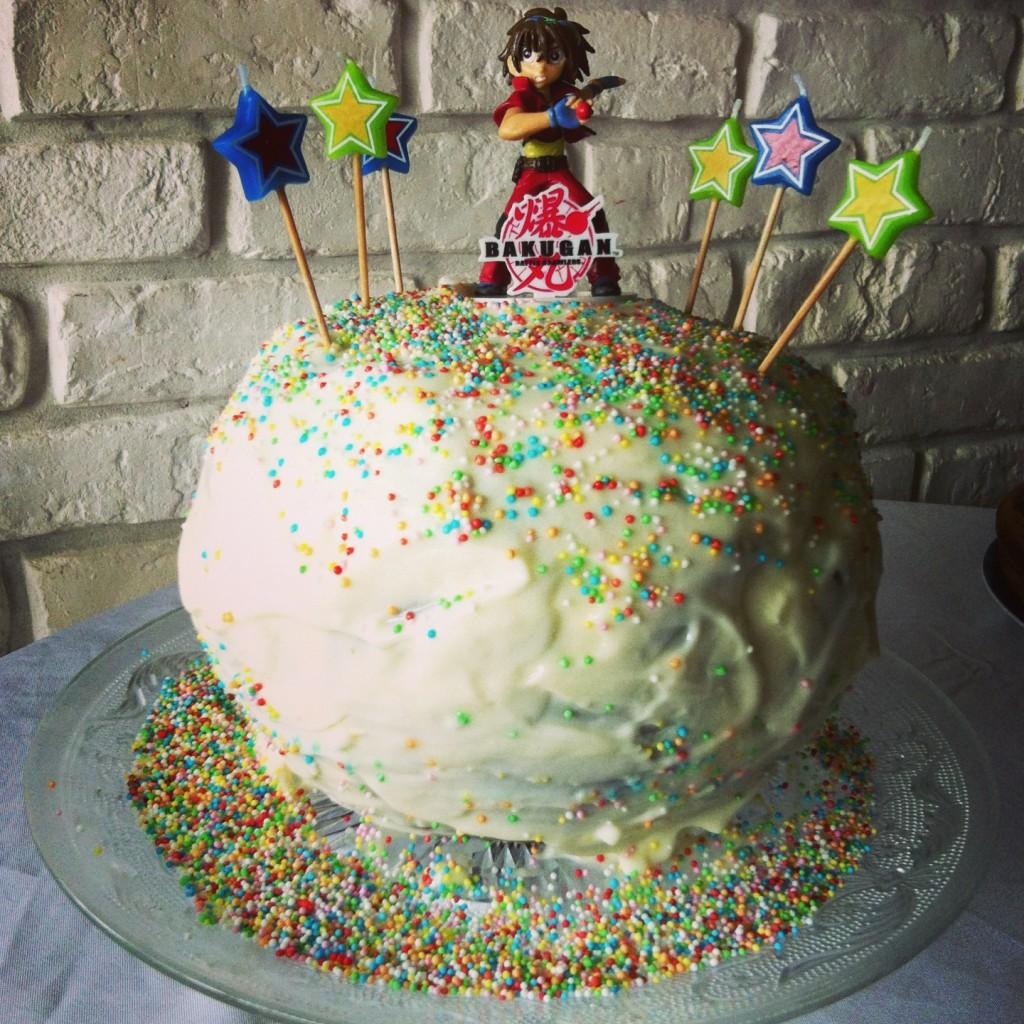un gâteau pinata bakugan