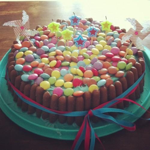 Gateau anniversaire smarties, bonbons, biscuits, chocolat