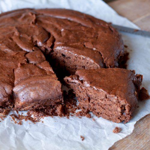 un gateau au chocolat tranché, cuit sans oeufs