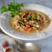 une soupe de moule et dees filaments de safran