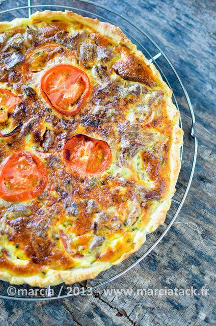 un tarte au thon à la tomate