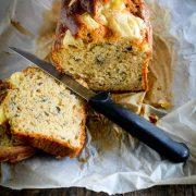un cake au thon et fromage à raclette tranché et un couteau