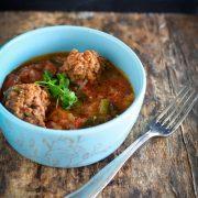un bol de boulette de viande à la tomate