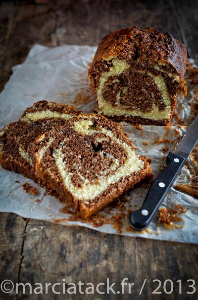 un cake marbré tranché