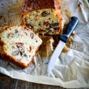 un cake au roquefort tranché