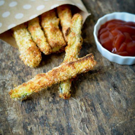 des frites de courgette et du ketchup
