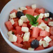 un assiette de salade de pastèque olives noires et féta