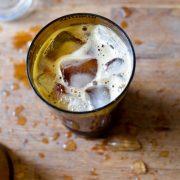 un verre de café frappé à l'orgeat et aux glaçons