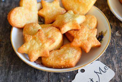 une assiette de carckers au fromage fait maison