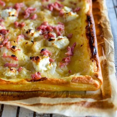 Recette facile de tarte aux lardons, fromage de chèvre et miel