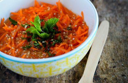 une assiette de carotte à l'orange et des feuilles de menthe