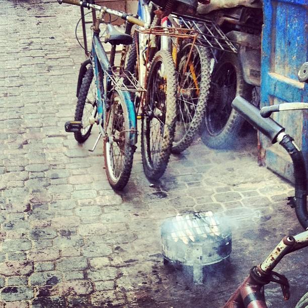 Barbecue posé dans la rue