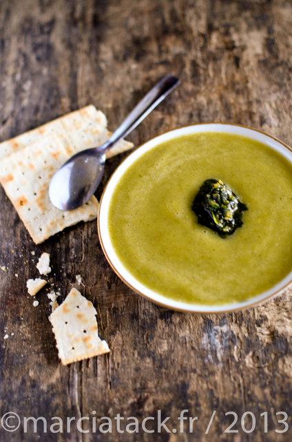 une assiette de soupe de courgette, du pistou et un crackers