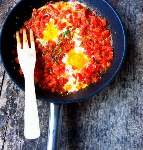 une poêle d'oeufs à la tomates et sa fourchette