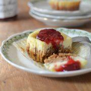 une part de chesse cake aux fraises dans une assiette