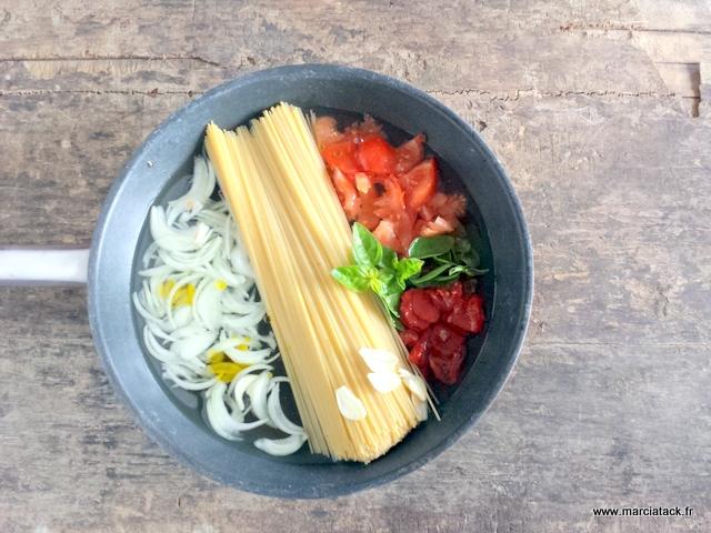une poêle avec du one pot pasta et des spaghetttis