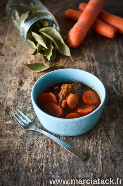 un bol remplis de boeuf carrottes, et des feuilles de laurier