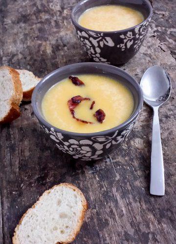 des bols remplis de soupe butternut et des tartines de pain
