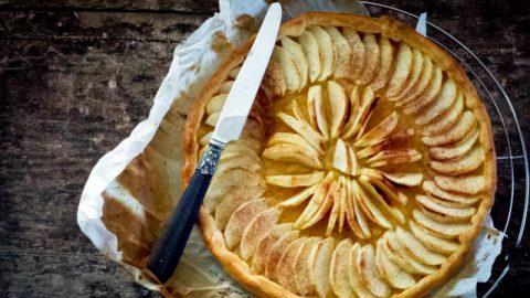 une tarte aux pommes et son couteau