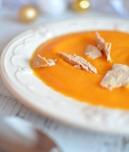 une assiette remplie de velouté de butternut et des copeaux de foie gras