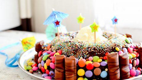 un gâteau d'anniversaire chocolat et kinder smarties