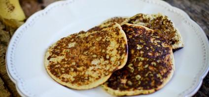 3 pancakes posés dans un assiette à la banane, sans lait ni farine