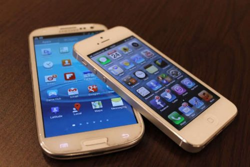 Une petite différence de taille entre l'iphone4 et le Samsung S4 / Crédit photo : samsung.S-4.fr