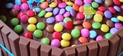 un gateau chocolat au kit kat