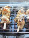 des brochettes de poulet au miel et au fromage qui cuisent sur le barbecue