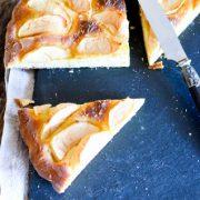un gâteau brioché aux pommes, tranché