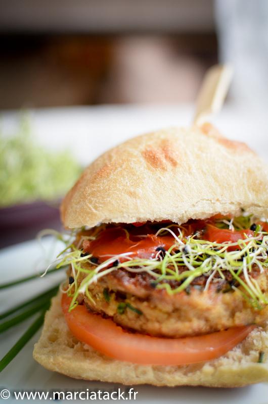 un burger au thon et aux graines germés fait maison